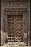 L'antiquité wodden la porte couverte de découpages fantastiques Images stock