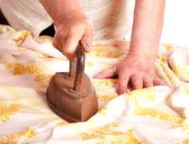 L'anziana riveste di ferro un panno Fotografie Stock Libere da Diritti