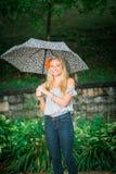 L'anziano di High School posa con l'ombrello per i ritratti su un piovoso Fotografie Stock Libere da Diritti