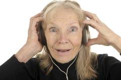 L'anziano gode della musica Fotografia Stock Libera da Diritti