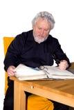 L'anziano sta controllando alcune carte Fotografia Stock Libera da Diritti