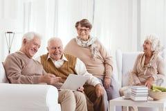 L'anziano sta esaminando gli uomini immagine stock libera da diritti