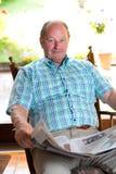 L'anziano sta leggendo il giornale Fotografia Stock