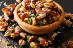 L'apéritif délicieux frit a salé les fèves avec des verts en BO Image stock