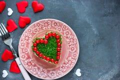 L'apéritif délicieux a posé le coeur formé par salade sur le ` s DA de Valentine Photos stock