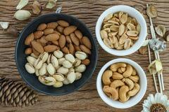 L'apéritif a rôti les pistaches délicieuses de sel, noix de cajou, arachide images libres de droits