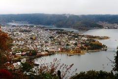 L'aperçu du lac kawaguchi et la ville vue de Kawaguchiko Tenjoyama se garent : 27 juillet Japon Photographie stock libre de droits