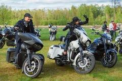 L'apertura dei motociclisti lituani condisce, riunione nella fattoria rurale di turismo, ritratti Immagine Stock Libera da Diritti