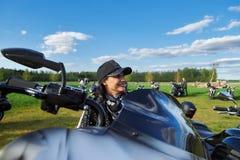 L'apertura dei motociclisti lituani condisce, riunione nella fattoria rurale di turismo, ritratti immagini stock