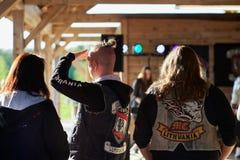 L'apertura dei motociclisti lituani condisce, riunione nella fattoria rurale di turismo, ritratti fotografia stock