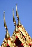 L'apex de pignon du temple sur le fond de ciel bleu Photos libres de droits