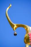 L'apice del timpano del tempio sul fondo del cielo blu Immagine Stock