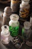 L'apothicaire de sorcière cogne la décoration de Halloween de breuvages magiques magiques Photos stock