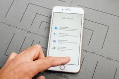 L'APP sur l'iPhone d'Apple plus le logiciel d'application Apple numérote photos stock