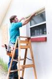 L'appaltatore misura la finestra Fotografia Stock Libera da Diritti