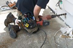 L'appaltatore o il tuttofare elettrotecnico si dirige la riparazione Fotografia Stock
