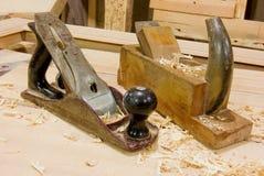 L'appareil de bureau du charpentier avec l'avion de lissage de main Images libres de droits