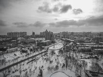 L'appareil de photographie aérienne capture les pins couverts par neige en Victory Park Odessa Image stock