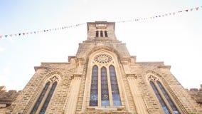 L'appareil-photo approche Front Wall au contre-jour de l'église catholique banque de vidéos