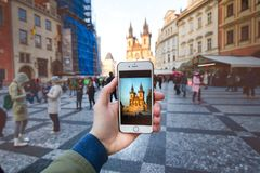 L'appareil-photo de photo du smartphone et vieux Prague centrent avec la visite touristique célèbre Vieille place de ville avec d Image libre de droits