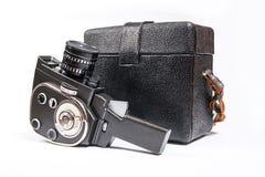 L'appareil-photo de film de vintage et la caisse de cuir pour lui ont isolé sur le blanc Images stock