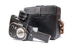 L'appareil-photo de film de vintage et la caisse de cuir pour lui ont isolé sur le blanc Photo stock