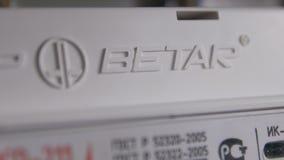 L'appareil-photo de plan rapproché montre la marque et le logo betar sur le multimètre numérique banque de vidéos