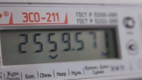 L'appareil-photo de plan rapproché montre le multimètre numérique avec des données précises sur l'écran banque de vidéos