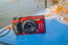 L'appareil-photo imperméable NAD tiennent le paddleboard Image libre de droits