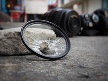 L'appareil-photo laissé tomber à la terre, faisant casser le filtre, le len et le corps endommagés Dans le concept d'assurance-ac image libre de droits