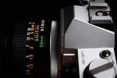 L'appareil-photo mécanique Canon AE-1 et la lentille de vintage profilent la photo photographie stock
