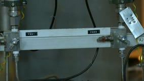L'appareil-photo montre des mètres de pression liés aux tuyaux clips vidéos