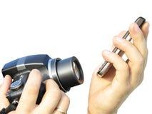 L'appareil-photo photographie le téléphone portable dans les mains du photographe Image libre de droits