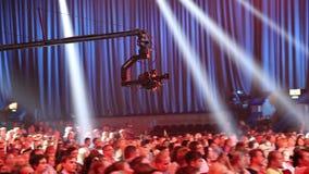 L'appareil-photo se déplace à une haute grue professionnelle banque de vidéos