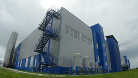 L'appareil-photo se déplace au grand complexe de bâtiment d'usine