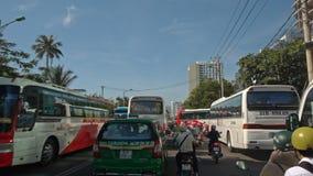 L'appareil-photo se déplace par la confiture de circulation urbaine au Vietnam banque de vidéos