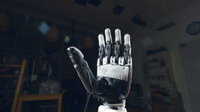 L'appareil-photo se relève le mouvement lent autour de la main de robot, fin banque de vidéos