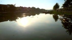 L'appareil-photo suit la réflexion de disque du soleil sur l'eau de rivière banque de vidéos
