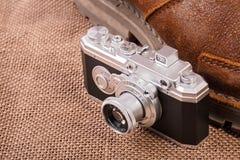 L'appareil-photo sur le fond de toile de jute Image stock
