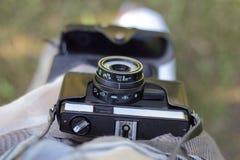 L'appareil-photo vieux dans une couverture au photographe Image libre de droits