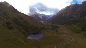 L'appareil-photo vole au-dessus d'un lac de montagne banque de vidéos