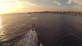 L'appareil-photo vole au-dessus d'un lac de montagne clips vidéos