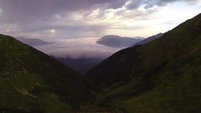 L'appareil-photo vole au-dessus des montagnes d'été banque de vidéos