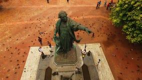 L'appareil-photo vole autour de la statue en bronze banque de vidéos