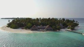 L'appareil-photo vole autour du petit hôtel d'île-hôtel tropical rond d'atoll avec les palmiers et la turquoise blancs de sable clips vidéos