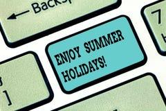 L'apparence conceptuelle d'écriture de main apprécient des vacances d'été Le texte de photo d'affaires détendre et s'amuser non d photo libre de droits