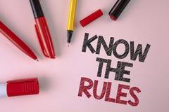 L'apparence conceptuelle d'écriture de main connaissent les règles Le texte de photo d'affaires comprennent que les termes et con Images stock