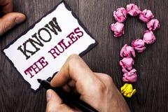 L'apparence conceptuelle d'écriture de main connaissent les règles Le texte de photo d'affaires se rende compte des procédures de Photo libre de droits