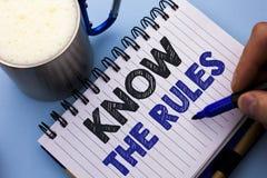 L'apparence conceptuelle d'écriture de main connaissent les règles Le texte de photo d'affaires se rende compte des procédures de Images stock