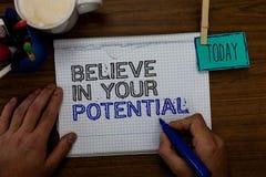 L'apparence conceptuelle d'écriture de main croient en votre potentiel La présentation de photo d'affaires font inspirer le motia photo libre de droits